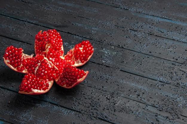 Seitenansicht aus der ferne gepillter granatapfel appetitlich gepillter granatapfel auf der linken seite des holztisches