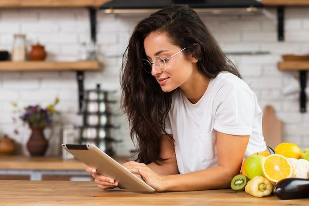 Seitenansicht brunettefrau mit tablette