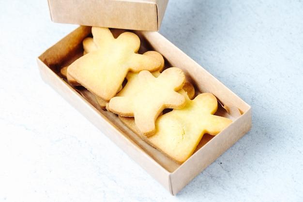 Seitenansicht cookies in einer box