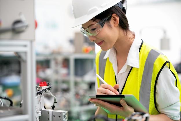 Seitenansicht der arbeitskraft ausgeführte automationsmaschine in der fabrik kontrollierend
