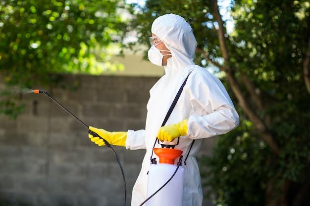 Seitenansicht der arbeitskraft, die pestizid im hinterhof verwendet