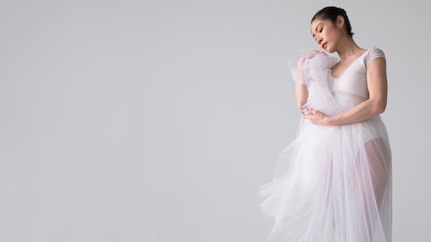 Seitenansicht der ballerina, die im tutu-kleid aufwirft