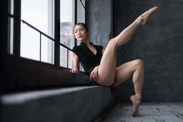 Seitenansicht der ballerina in der trikotaufstellung