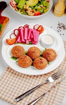 Seitenansicht der falafel mit frischem gemüse