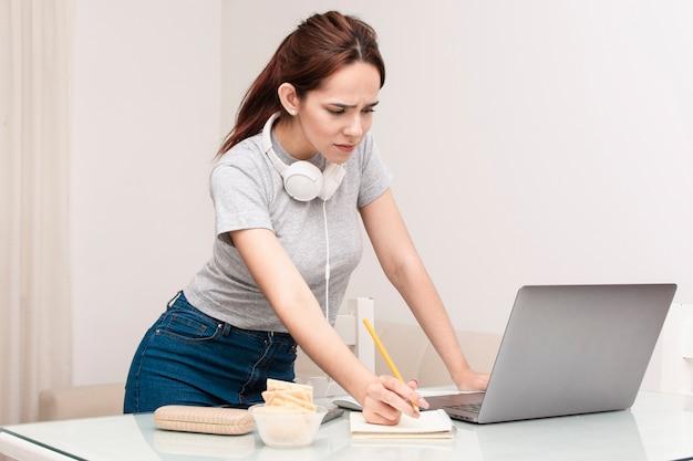 Seitenansicht der frau, die am laptop arbeitet