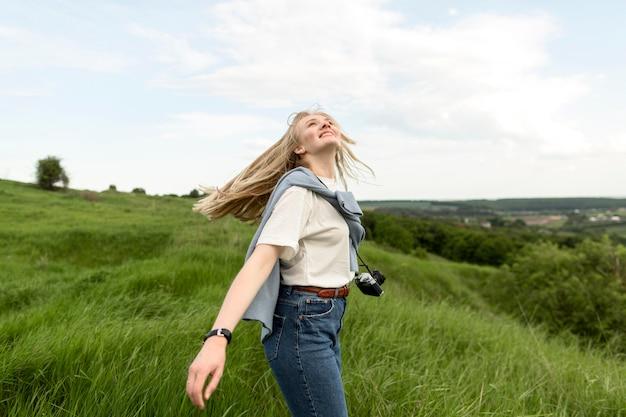 Seitenansicht der frau, die natur und frische luft genießt