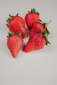 Seitenansicht der frischen reifen erdbeeren lokalisiert auf weiß