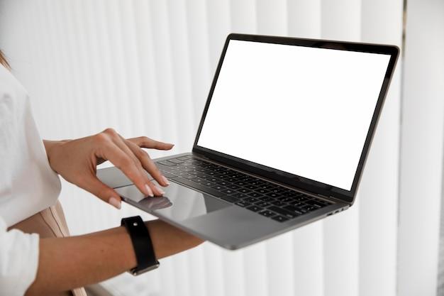 Seitenansicht der geschäftsfrau mit laptop