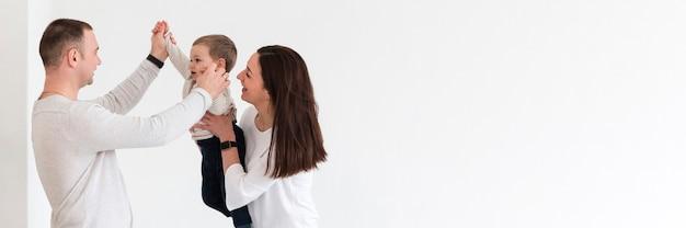 Seitenansicht der glücklichen familie mit kopierraum
