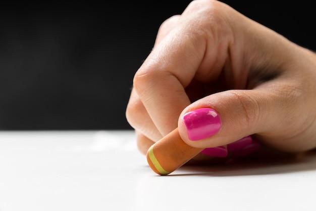 Seitenansicht der hand mit radiergummi