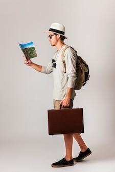 Seitenansicht der hipster-stil touristen zu fuß