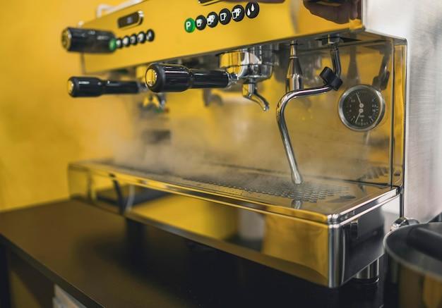 Seitenansicht der kaffeemaschinenreinigung mit dampf