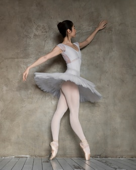 Seitenansicht der liebenswürdigen ballerina im tutu-kleid