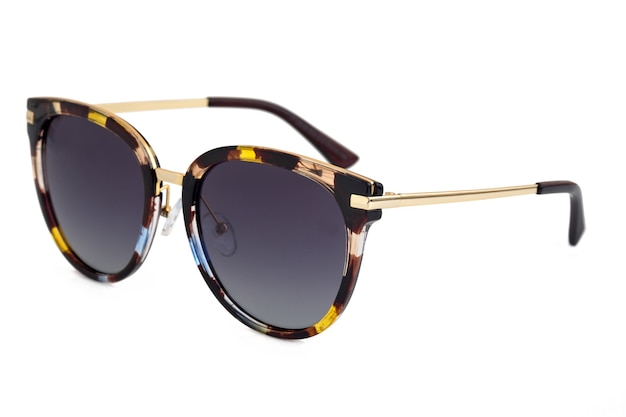 Seitenansicht der modernen sonnenbrille auf weißem hintergrund