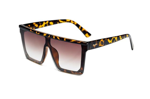 Seitenansicht der modernen sonnenbrille für den mann isoliert auf weißem hintergrund
