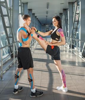 Seitenansicht der muskulösen flexiblen brünetten frau, die split übt