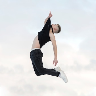 Seitenansicht der pose in der luft durch hip-hop-tänzer