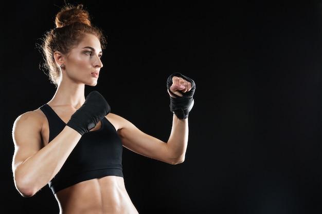 Seitenansicht der ruhigen weiblichen kämpferin bereit zu kämpfen