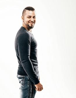 Seitenansicht - der sportler - ein bodybuilder in jeans und t-shirt