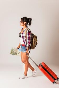 Seitenansicht der touristenfrau mit koffer