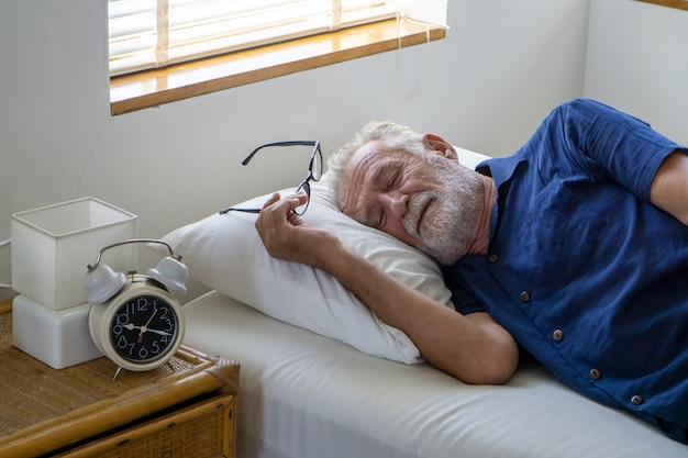 Seitenansicht des alten mannes, der auf bett schläft