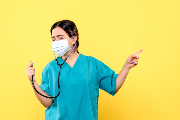 Seitenansicht des arztes maske tragen, um nicht mit covid zu infizieren