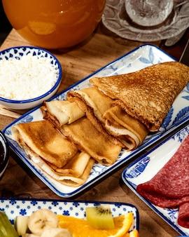 Seitenansicht des dünnen pfannkuchens auf platte