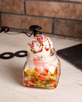 Seitenansicht des eisdesserts mit früchten in einem glas