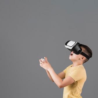 Seitenansicht des erstaunten jungen, der virtuelle realität erlebt