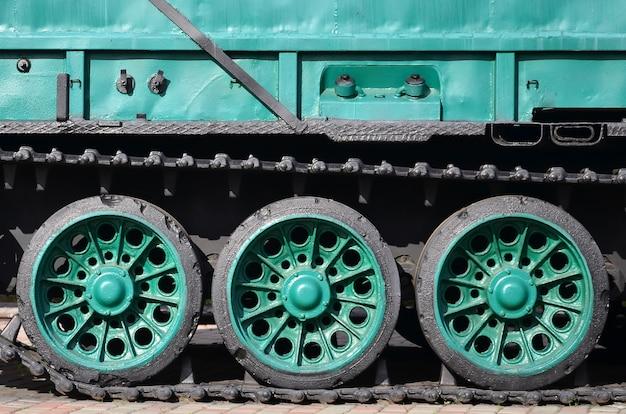 Seitenansicht des fahrzeugs auf einer raupenkette mit schwarzen bahnen