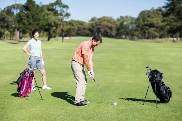 Seitenansicht des golfers, der schuss nimmt