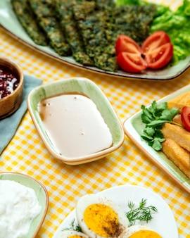 Seitenansicht des honigs in der schüssel auf frühstückstisch