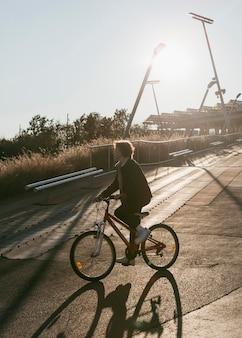 Seitenansicht des kindes auf dem fahrrad draußen, das spaß hat