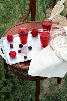 Seitenansicht des kompottes mit kirschen in gläsern auf silbernem tablett