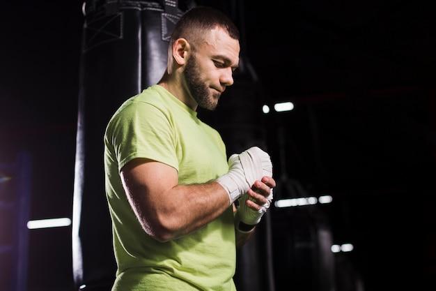Seitenansicht des männlichen boxers bei der t-shirt aufstellung