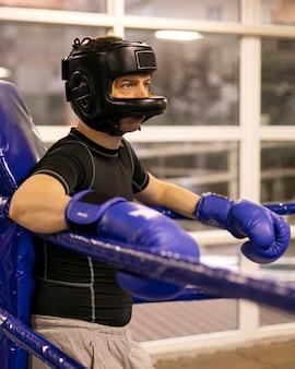 Seitenansicht des männlichen boxers mit helm