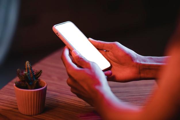 Seitenansicht des mannes, der smartphone hält
