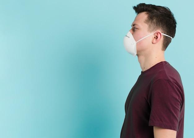 Seitenansicht des mannes mit medizinischer maske für coronavirus
