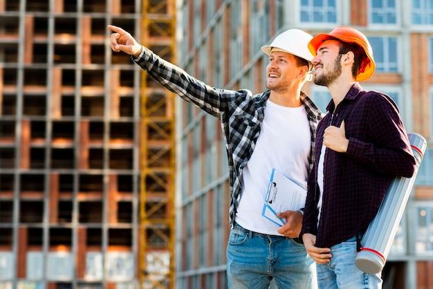 Seitenansicht des mittleren schusses des ingenieurs und des architekten, die bau überwachen