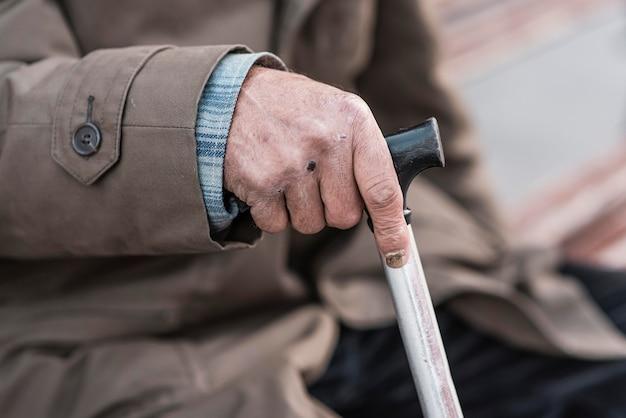 Seitenansicht des obdachlosen mit zuckerrohr