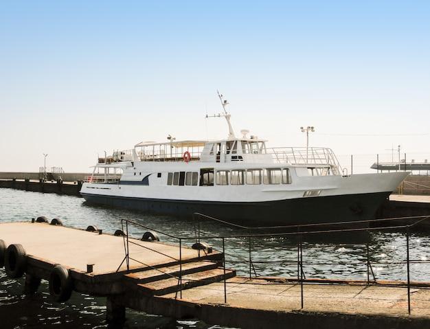Seitenansicht des passagierschiffs oder des dampfschiffs, das im hafen auf see verankert ist