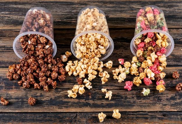 Seitenansicht des popcorns auf dunkler hölzerner horizontaler