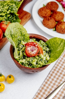 Seitenansicht des salats mit quinoa-tomaten und gurken