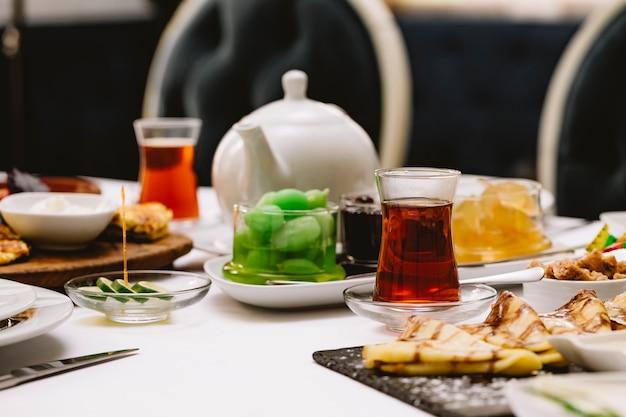 Seitenansicht des servierten tisches mit schwarzem tee in armudu-gläsern