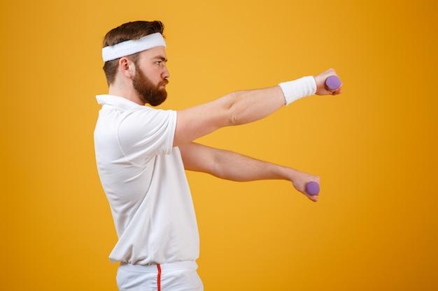 Seitenansicht des sportlers mit leichten hanteln