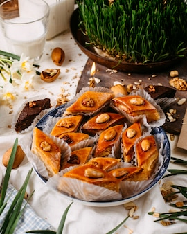 Seitenansicht des traditionellen aserbaidschanischen feiertagsplätzchen-baklava auf dem rustikalen mit nüssen