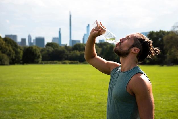 Seitenansicht des trinkwassers des athleten