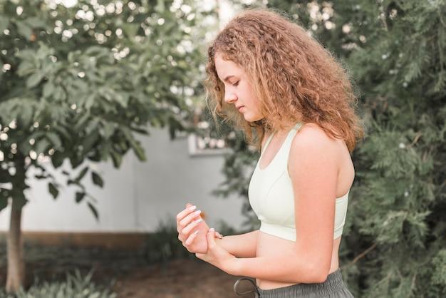 Seitenansicht des weiblichen athleten, der handgelenkschmerz hat
