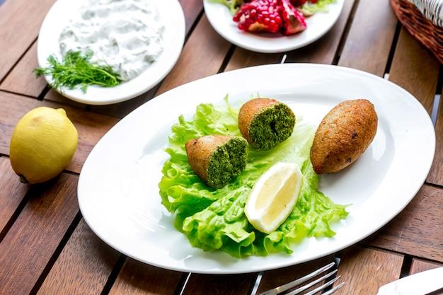 Seitenansicht des zitronensalats der kiewer artkoteletts