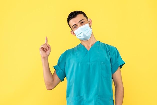 Seitenansicht ein arzt ein arzt in der maske spricht über symptome von covid-